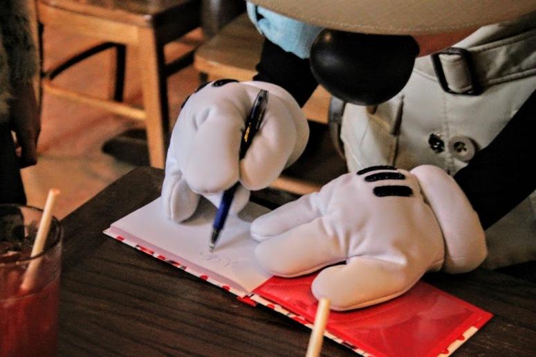 mickey-autografando-caderno-tusker-house-2015-050