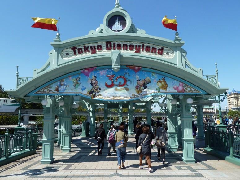 tokyo_disneyland_entrance_9407118539_